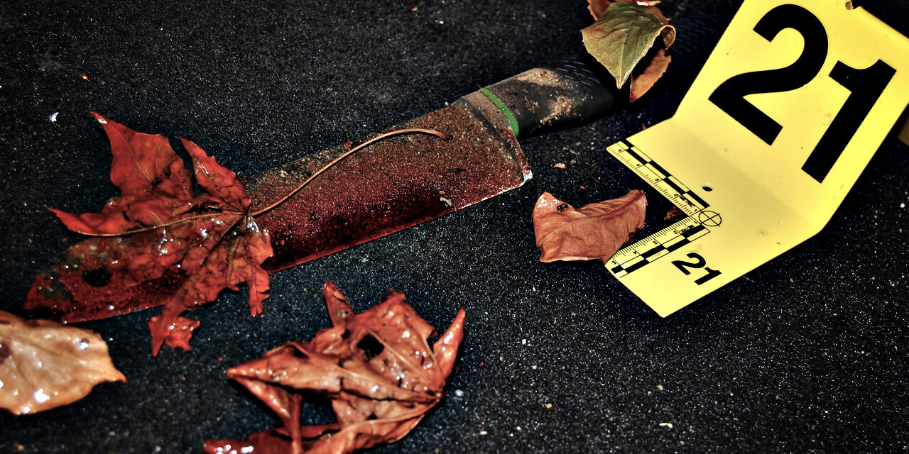Een mes met bloed in een auto