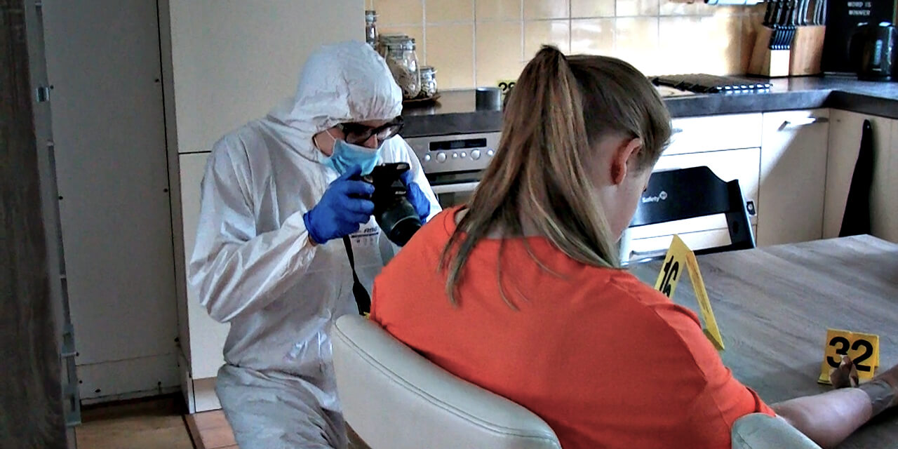 Een slachtoffer aan een keukentafel en forensisch onderzoeker maakt foto's