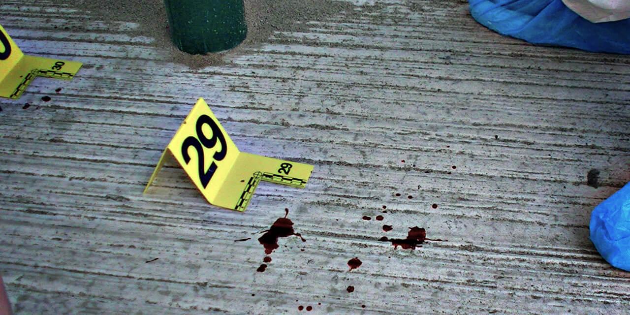 Bloedspetters op een plaats delict wordt onderzocht